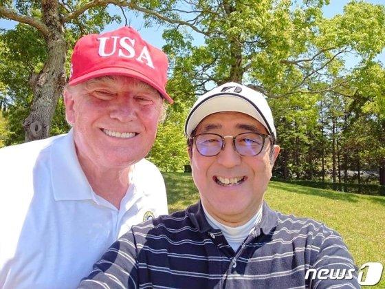 """아베 일본 총리가 트럼프 미국 대통령과 골프 라운딩 중 찍은 셀카를 트위터에 올렸다. """"레이와 시대 첫 번째 국빈으로 맞이한 트럼프 대통령과 지바에서 골프 중입니다. 새로운 레이와 시대에도 미일 동맹은 더욱 굳건해질 것""""이라고 적었다.(아베 신조 일본 총리 페이스북) 2019.5.26/뉴스1  <저작권자 © 뉴스1코리아, 무단전재 및 재배포 금지>"""