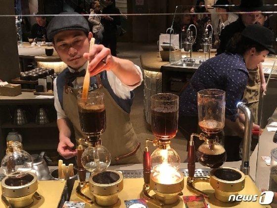 바리스타가 손님 앞에서 사이펀을 이용해 직접 커피를 추출하고 있다.(출처=박영주 통신원 제공) © 뉴스1