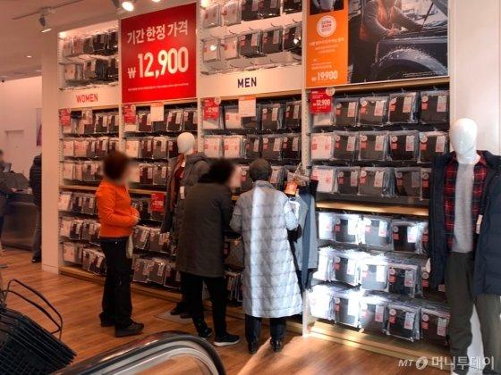 18일 유니클로 인기 제품 '히트택' 매대 앞에 고객들의 발길이 이어졌다. /사진=김지성 기자
