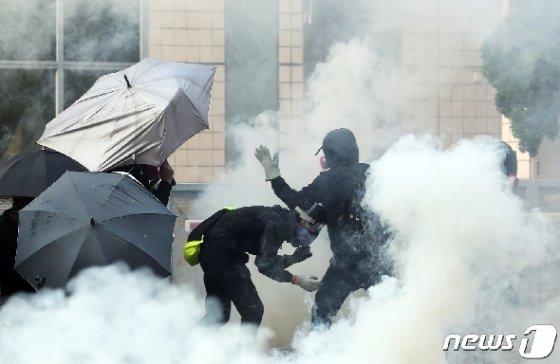 18일 오전 홍콩 이공대학교에서 학생들이 최루탄을 피하고 있다 2019.11.18/뉴스1 © News1 이재명 기자