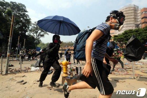 (홍콩=뉴스1) 이재명 기자 = 18일 오후 홍콩 이공대학교에서 학생들이 경찰의 진압작전을 피해 달아나고 있다. 2019.11.18/뉴스1  <저작권자 © 뉴스1코리아, 무단전재 및 재배포 금지>