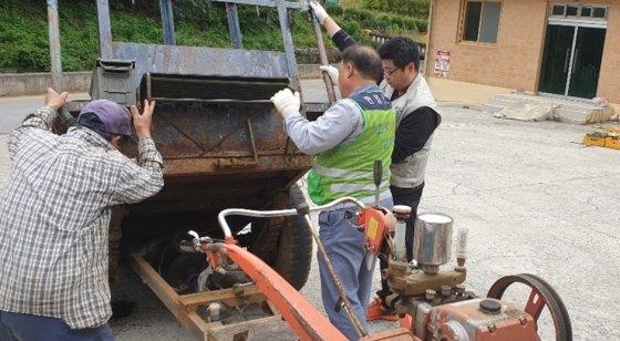 한일시멘트 단양공장 황소봉사회 농기계 수리 봉사활동/사진제공=한국시멘트협회