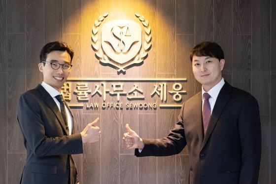 왼쪽부터 오경수 대표변호사, 현승진 대표변호사/사진제공=법률사무소 세웅