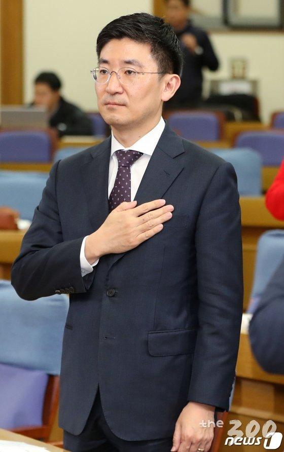 (서울=뉴스1) 이종덕 기자 = 김세연 자유한국당 의원이 18일 서울 여의도 국회 의원회관에서 열린 박성중·김세연, 문재인 정부 전반기 미디어정책평가 및 &#39;신문·방송·통신·OTT&#39; 발전 방향 모색 토론회에서 국민의례를 하고 있다. 김세연 의원은 21대 총선 불출마를 선언했다. 2019.11.18/뉴스1  <저작권자 &#169; 뉴스1코리아, 무단전재 및 재배포 금지>