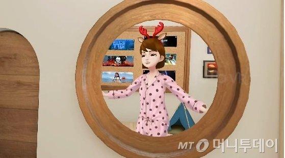 버츄얼 소셜 월드 마이룸에서 유저가 자신의 아바타를 거울로 보는 모습/사진제공=SKT