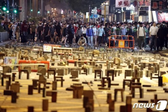 (홍콩=뉴스1) 이재명 기자 = 18일 오후 홍콩 침사추이역 인근 도로에서 시민들이 행진하고 있다. 2019.11.18/뉴스1  <저작권자 © 뉴스1코리아, 무단전재 및 재배포 금지>