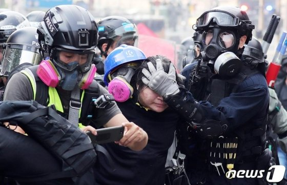 (서울=뉴스1) 이재명 기자 = 18일 오후 홍콩 이공대학교에서 경찰이 시위 학생을 연행하고 있다. 2019.11.18/뉴스1  <저작권자 © 뉴스1코리아, 무단전재 및 재배포 금지>