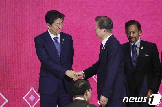 문재인 대통령과 아베 일본 총리가 지난 4일 방콕 임팩트 포럼에서 열린 역내포괄적경제동반자협정(RCEP)에서 기념촬영 전 악수하고 있다. /사진=청와대제공