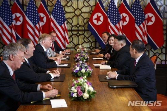【하노이=뉴시스】 도널드 트럼프 미국 대통령과 김정은 북한 국무위원장이 28일 베트남 하노이 메트로폴 호텔에서 확대 정상회의를 갖고 있다. 왼쪽 줄 앞부터  존 볼턴 백악관 국가안보 보좌관, 마이크 폼페이오 국무장관, 트럼프 대통령, 믹 멀베이니 대통령 비서실장 대행이다. 오른쪽 줄 앞부터 김영철 노동당 부위원장, 김정은, 통역, 리용호 외무상. 2019.02.28   <저작권자ⓒ 공감언론 뉴시스통신사. 무단전재-재배포 금지.>