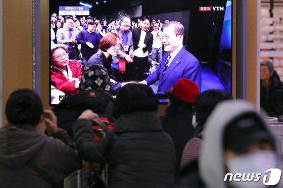 19일 오후 서울역 대합실에서 시민들이 문재인 대통령의 국민과의 대화를 시청하고 있다. /사진=뉴스1