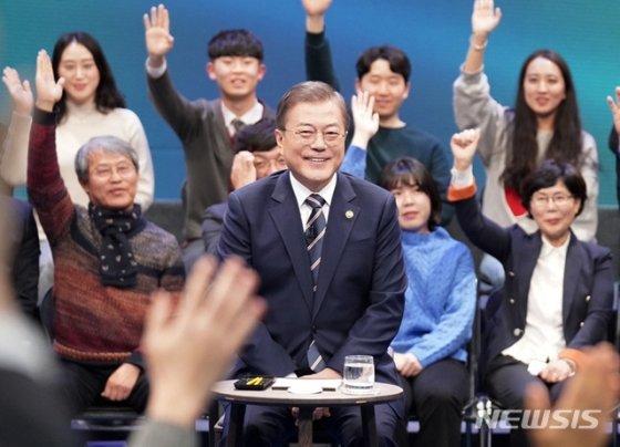 [서울=뉴시스]배훈식 기자 = 문재인 대통령이 19일 오후 서울 MBC 미디어센터에서 열린 '국민이 묻는다, 2019 국민과의 대화'에 참석해 국민패널들의 질문을 받고 있다. 2019.11.19.   dahora83@newsis.com