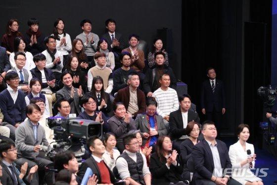 [서울=뉴시스]배훈식 기자 = 문재인 대통령이 19일 오후 서울 MBC 미디어센터에서 열린 '국민이 묻는다, 2019 국민과의 대화' 입장을 기다리고 있다. 2019.11.19.   dahora83@newsis.com