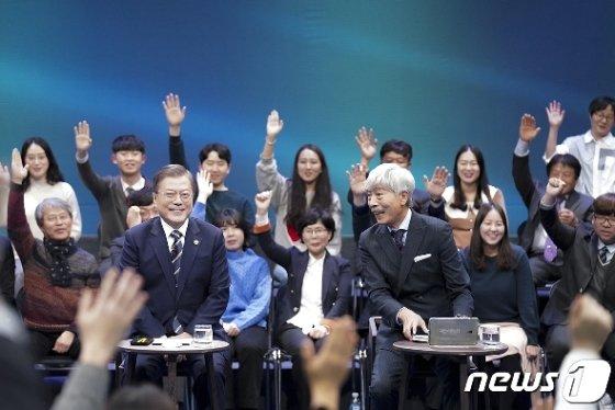 문재인 대통령이 19일 오후 서울 마포구 상암동 MBC 사옥에서 열린 '국민이 묻는다-2019 국민과의 대화'에 출연해 국민들의 질의를 받고 있다.(청와대 제공) 2019.11.19/뉴스1