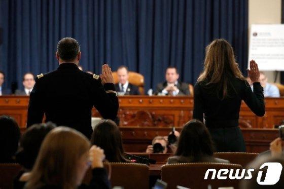 20일(현지시간) 미 하원 정보위원회에서 열린 탄핵조사 공개청문회에 출석한 두 증인이 증인선서를 하고 있다. © AFP=뉴스1
