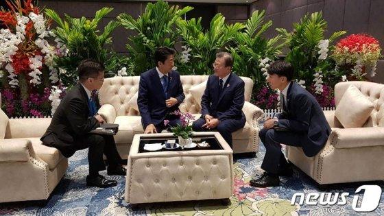 문재인 대통령과 아베 일본 총리가 4일 오전 태국 방콕 임팩트 포럼에서 아세안+3 정상회의에 앞서 환담하고 있다. (청와대 제공) 2019.11.4/뉴스1  <저작권자 © 뉴스1코리아, 무단전재 및 재배포 금지>