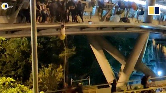 홍콩 시위대가 홍콩 이공대를 탈출하기 위해 다리 난간에 밧줄을 매달아 내려가고 있다. /사진=SCMP 영상 캡쳐