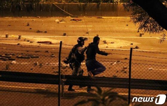 (서울=뉴스1) 이재명 기자 = 19일 오후 홍콩 이공대학교에서 탈출을 시도한 시위 참여 학생이 경찰에 체포되고 있다. 2019.11.19/뉴스1  <저작권자 © 뉴스1코리아, 무단전재 및 재배포 금지>
