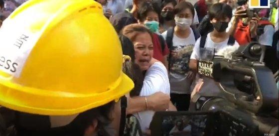 홍콩 이공대 앞에서 시위대의 부모가 시위대 안전을 보장해달라고 호소하고 있다 . /사진=SCMP 영상 캡쳐