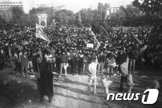1986년 10월 28일 건대항쟁 당시 집회에 참여한 대학생들이 건국대 교내 민주광장에서 애학투련 결성식 집회를 연 모습. (건국대 제공) /뉴스1