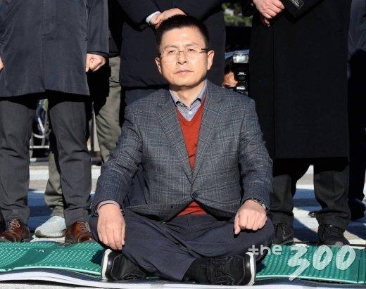 황교안 자유한국당 대표가 20일 오후 서울 청와대 앞에서 국정 대전환을 촉구하는 단식 투쟁을 시작하고 있다. /사진=홍봉진 기자