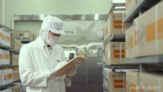 CJ프레시웨이 직원이 지난 10월 경기도 이천 물류센터에서 전국으로 배송되는 식자재를 검수하고 있다./사진제공=농식품상생협력추진본부