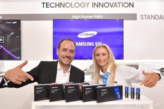 삼성SDI가 2019년 프랑크푸르트 모터쇼에서 신제품 전기차용 배터리를 선보이고 있다./사진=삼성SDI
