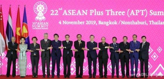 문재인 대통령이 4일 태국 방콕의 임팩트 포럼에서 열린 제21차 아세안+3 정상회의에 참석해 각국 정상들과 기념촬영을 하고 있다. / 사진=뉴시스