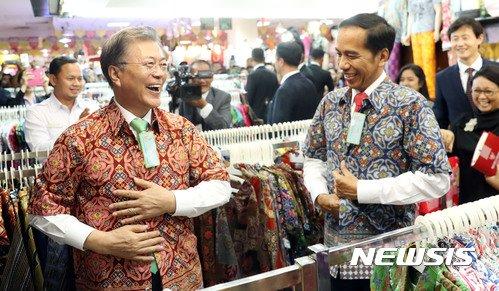 문재인 대통령과 조코 위도도 인도네시아 대통령이 9일(현지시간) 보고르 대통령궁 인근 쇼핑몰에서 인도네시아 전통의상을 입어보고 있다. /사진=뉴시스