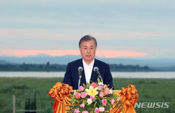 문재인 대통령이 9월5일 라오스 비엔티안 메콩강변에서 '한-메콩 관계 발전 비전'을 발표하고 있다. /사진=뉴시스