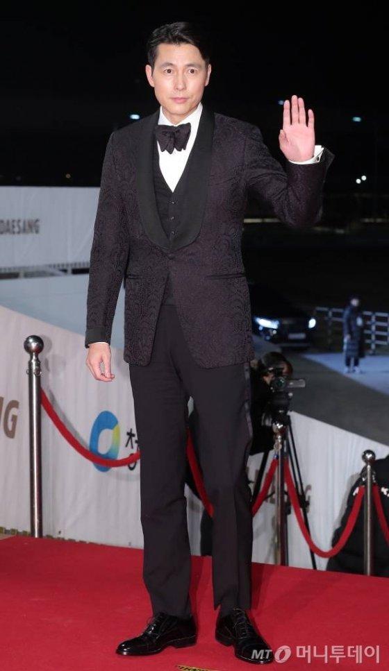 배우 정우성이 21일 오후 인천 중구 파라다이스시티에서 열린 '제40회 청룡영화상' 레드카펫 행사에 참석하고 있다. / 사진=김창현 기자 chmt@