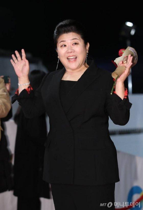 배우 이정은이 21일 밤 인천 파라다이스시티에서 열린 청룡영화상 시상식에서 레드카펫으로 입장하고 있다. /사진=뉴시스