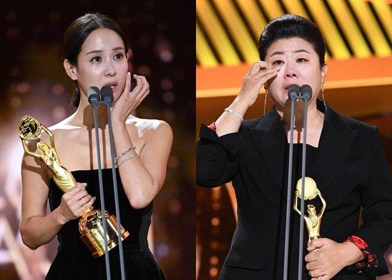21일 청룡영화제에서 영화 '기생충'으로 조여정(왼쪽)은 여우주연상을, 이정은은 여우조연상을 수상했다./사진=뉴시스