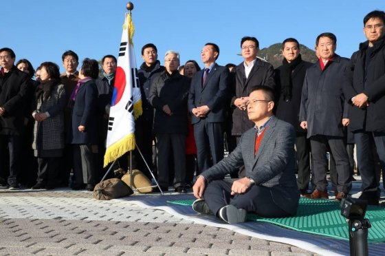 황교안 자유한국당 대표가 20일 오후 청와대 분수대에서 총체적 국정실패 규탄을 위한 단식 투쟁에 돌입해 자리에 앉아 있다./사진=뉴시스