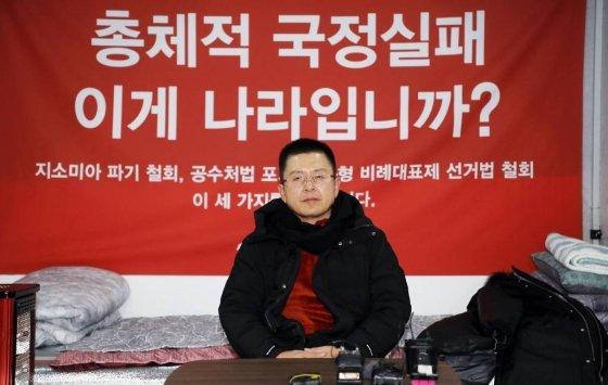 황교안 자유한국당 대표가 20일 밤 서울 여의도 국회 본관 계단 앞에 설치된 천막에서 총체적 국정실패 규탄을 위한 무기한 단식 투쟁을 하고 있다./사진=뉴시스