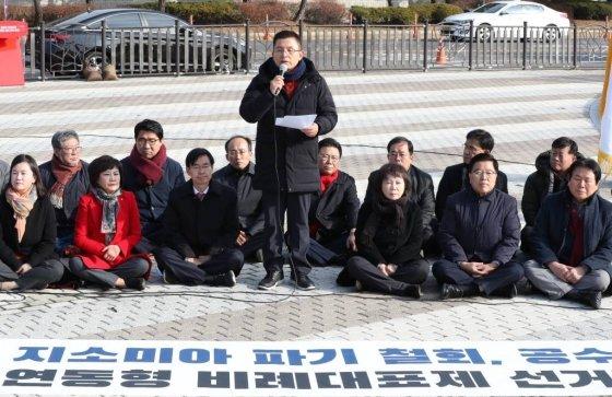 황교안 자유한국당 대표가 21일 오전 청와대 분수대 앞에서 열린 최고위원회의에 참석해 모두발언하고 있다./사진-뉴시스