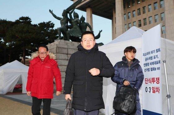 황교안 자유한국당 대표가 22일 오전 서울 여의도 국회 본관 앞 계단에 설치된 천막에서 나와 차량으로 이동하고 있다./사진=뉴시스