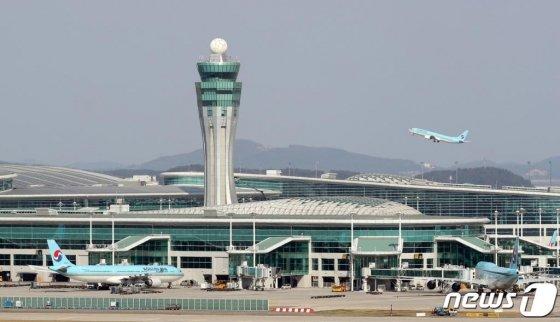 지난달 27일 오후 인천국제공항 활주로에서 항공기가 이착륙하고 있다. /사진=뉴스1