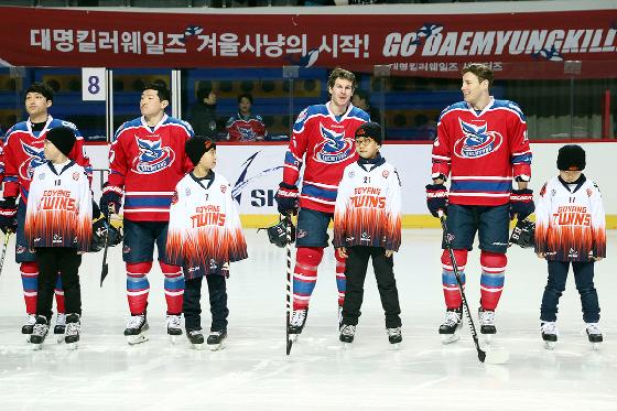 지난 시즌 고양트윈스 유소년 선수와 함께 입장한 대명 선수단. /사진=대명킬러웨일즈 아이스하키단 제공
