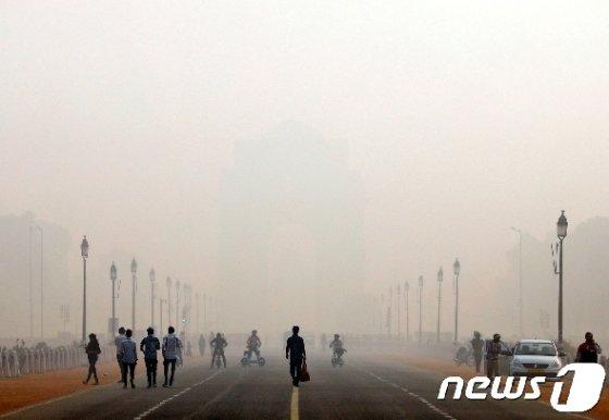 지난 12일 스모그가 짖게 깔리자 인도 뉴델리의 상징인 '인디아 게이트'가 형체를 알아볼 수 없을 정도다. © 로이터=뉴스1 © News1 박형기 기자