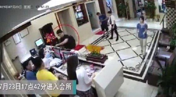 계산을 하고 유흥업소에 들어가고 있는 사이먼 청 - 인민일보 갈무리