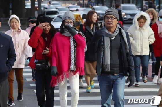 지난 7일 오전 서울 종로구 세종대로사거리 횡단보도에서 두터운 옷차림의 외국인관광객이 발걸음을 재촉하고 있다. /사진=뉴스1