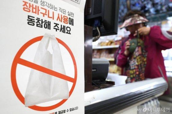 서울 은평구 한 대형마트 계산대 앞에 '환경을 생각하는 작은 실천, 장바구니 사용에 동참해 주세요'가 적힌 안내문이 붙어 있다. / 사진=이기범 기자 leekb@