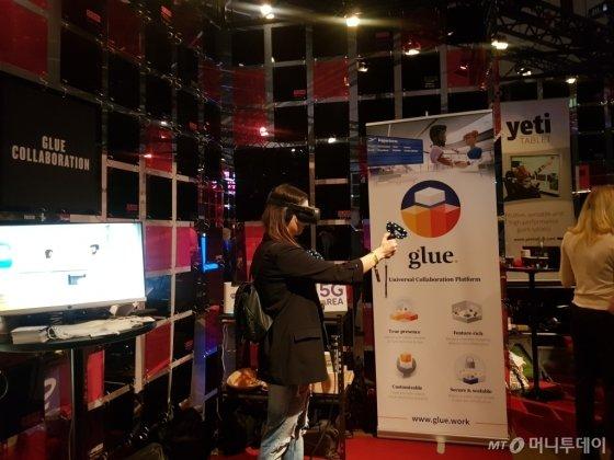 21일 핀란드 헬싱키 엑스포 컨벤션 센터에서 열린 스타트업 콘퍼런스 '슬러시'에서 참가자가 VR(가상현실) 기기를 착용하고 기술을 테스트 중이다./사진=김근희 기자