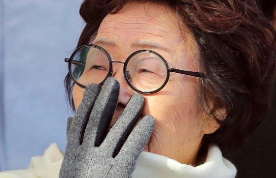 일본군 '위안부' 피해자 이용수 할머니가 참가 초등학생 발언에 울음을 터뜨리고 있다. 불매운동을 할 이유는, 아직도 너무나 많다./사진=뉴스1
