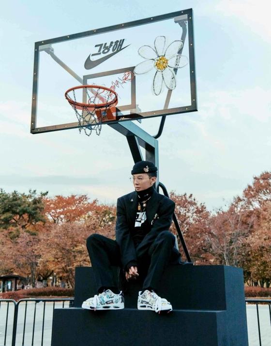 나이키와 지드래곤이 '에어포스1 파라-노이즈' 출시를 기념, 해당 제품의 아트워크를 새긴 농구코트를 서울 올림픽공원 내 커뮤니티에 기부했다./사진제공=나이키코리아