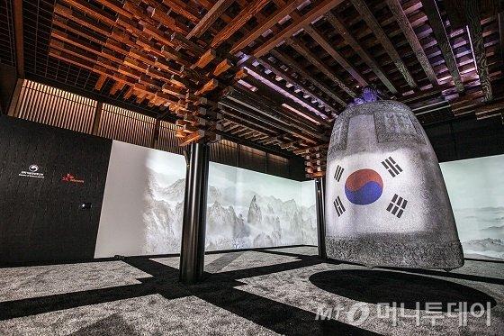 SK텔레콤이 '2019 한 · 아세안 특별정상회의'에서 선보인 5G · AI 기반 미디어아트 '선향정(善響亭)'의 모습./사진제공=SKT