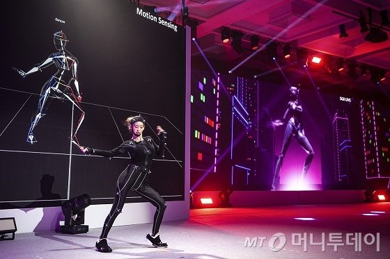 SK텔레콤이 한 · 아세안 환영 만찬 본 행사에서 선보인 '5GX K-POP퍼포먼스'에서 댄서의 춤이 모션 센싱 기술을 통해 실시간으로 복제돼 스크린에 나타나고 있다./사진제공=SKT