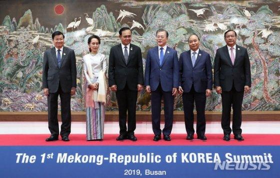 [부산=뉴시스]배훈식 기자 = 문재인 대통령이 27일 오전 부산 누리마루에서 열린 제1차 한·메콩 정상회의에 앞서 참석자들과 기념촬영을 하고 있다. 왼쪽부터 통룬 시술릿 라오스 총리, 아웅산 수치 미얀마 국가고문, 쁘라윳 짠-오차 태국 총리, 문 대통령, 응우옌 쑤언 푹 베트남 총리, 프락 속혼 캄보디아 부총리 겸 외교부 장관. 2019.11.27. dahora83@newsis.com