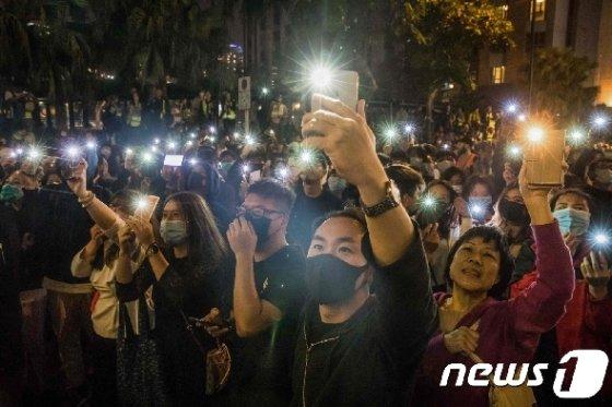 25일 (현지시간) 홍콩 선거 사상 최초로 과반 의석을 차지한 범민주 진영 지지자들이 시위대 '최후의 보루'로 불리는 이공대에 모여 구호를 외치고 있다. © AFP=뉴스1 © News1 우동명 기자