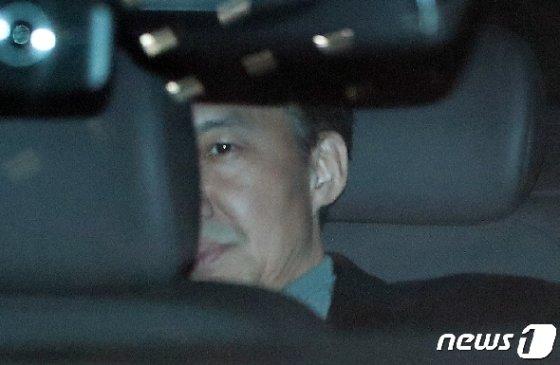 자녀 입시비리와 사모펀드 관련 의혹을 받는 조국 전 법무부 장관이 두번째 소환 조사를 마친 뒤 지난 21일 서울 서초구 중앙지검 지하주차장을 통해 차량으로 귀가하고 있다. 2019.11.21/뉴스1 © News1 허경 기자
